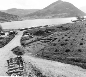 Tidleg fase av impregneringsverket. Arkeologisk utgraving i høgre del av bilete (1970)
